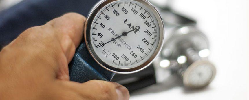 Hand mit Blutdruckgerät