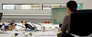 Sekretärin im Büro am PC